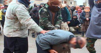 جيش خالد بن الوليد يقطع رأس رجل في حوض اليرموك بتهمة السحر