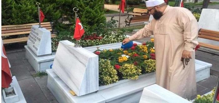 شواهد قبور ذكية: تروي الزهور بالماء وتُرتل القرآن.. ماذا قال علماء الشريعة عنها؟