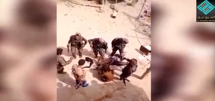 شاهد إعدام ميليشيا قسد الكردية لعنصر أسير قالوا إنه من تنظيم الدولة شرقي دير الزور