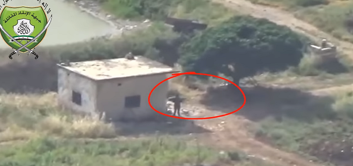 بالفيديو: شاهد لحظة قنص عنصر لقوات الأسد غربي حماة