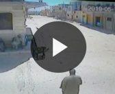 بمشهد كارثي..كاميرا تسجل لحظة سقوط صاروخ فوق 3 أخوة مسنين بخان شيخون!!
