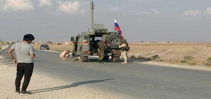 بالصور: سوريون يسخرون من التعطل المتكرر للآليات العسكرية الروسية شمال سوريا